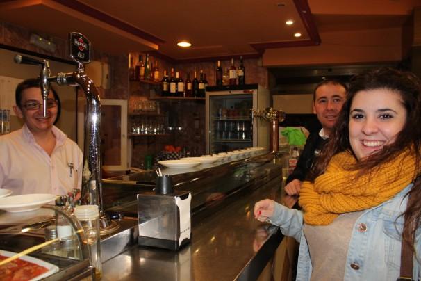 Alba comparte su aventura a Londres con sus amigos en el bar del barrio. Foto:I.M.B