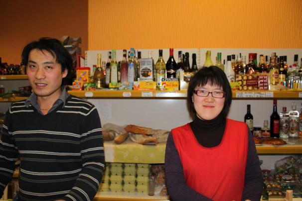 Lisa y Yen vendiendo fruta en La Huerta China