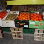 Las cajas de fruta en la acera del vecindario