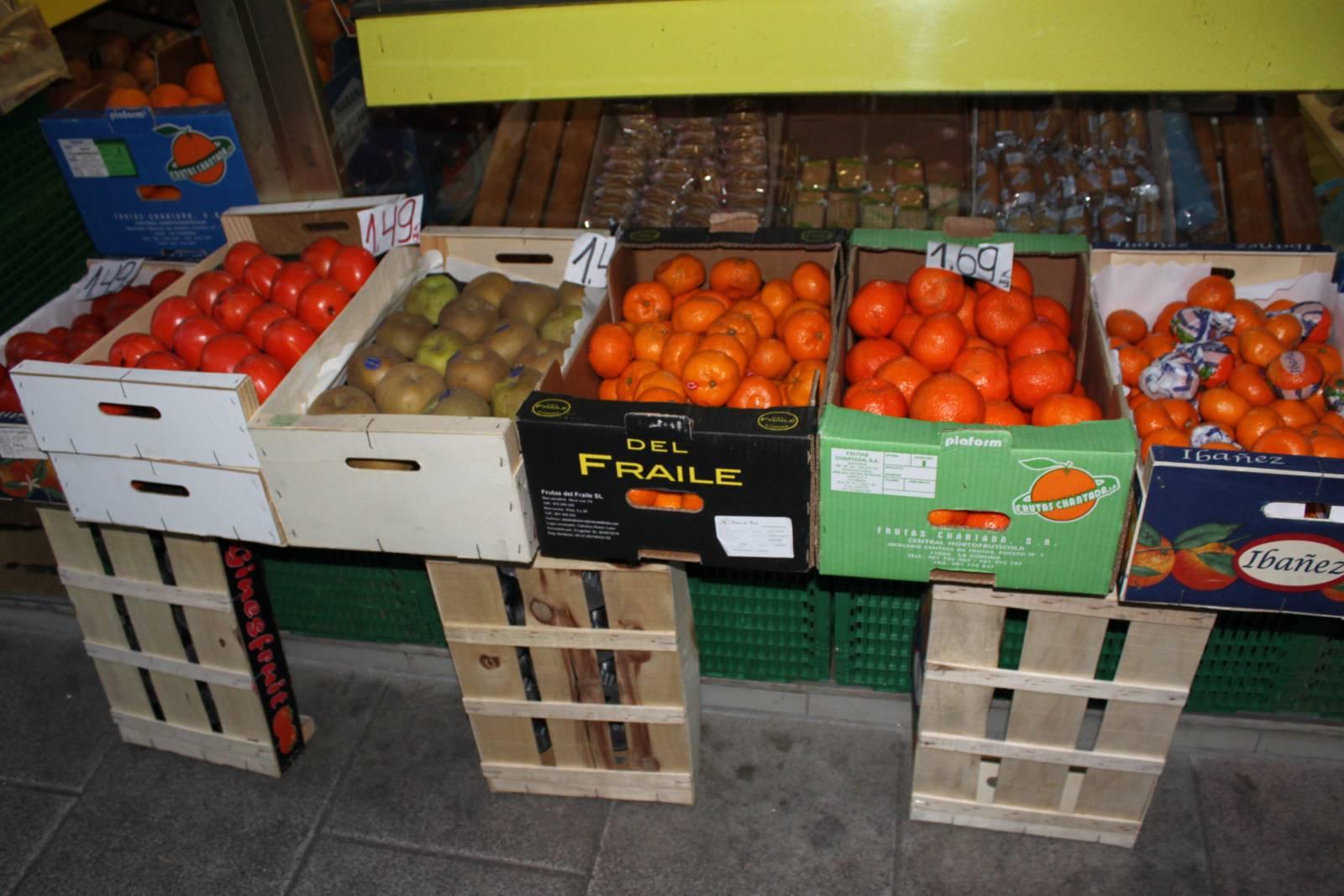 Las cajas de fruta en la acera del vecindario madril nea - Cajas de fruta ...