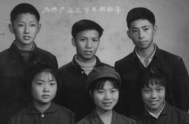 Marco Wang (arriba a la derecha) cuando tenía 16 años antes de ir al campo durante revolución cultural comunista china (1966)