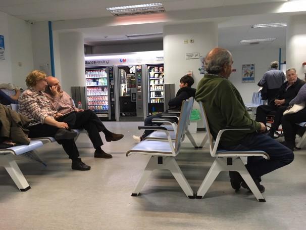 Pacientes esperan a ser atendidos en Urgencias