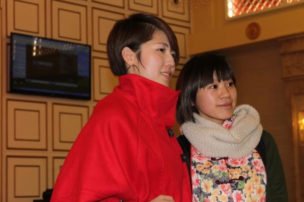 Mayte, a la derecha, con una amiga durante el festival de Año Nuevo chino