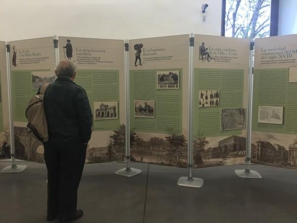 Un visitante observa los paneles de la exposición en la Biblioteca Conde Duque. Foto: E.C.