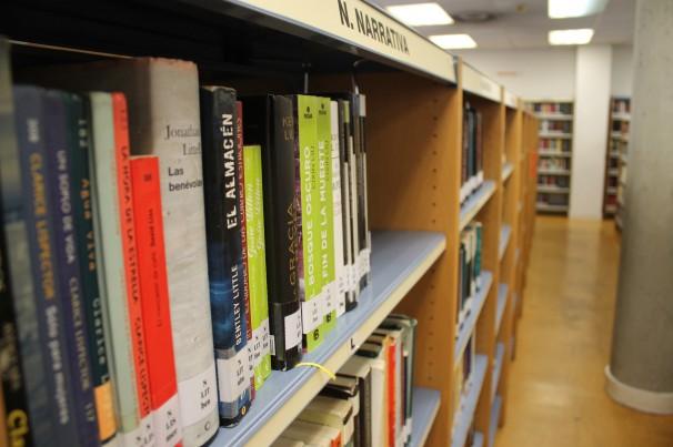 Estanterías de la 2ª planta de la Biblioteca Central de Móstoles. Foto: C.F.