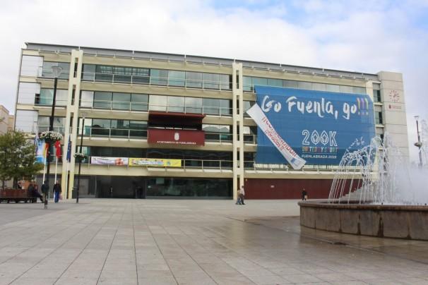 La pancarta con el lema oficial de la candidatura adorna la fachada del Ayto. de Fuenlabrada