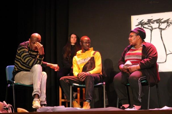 Actores de la obra «Mi poesía es mi manta» durante una de las escenas