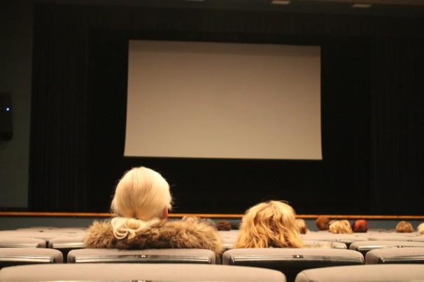 Espectadores esperando al comienzo de la proyección