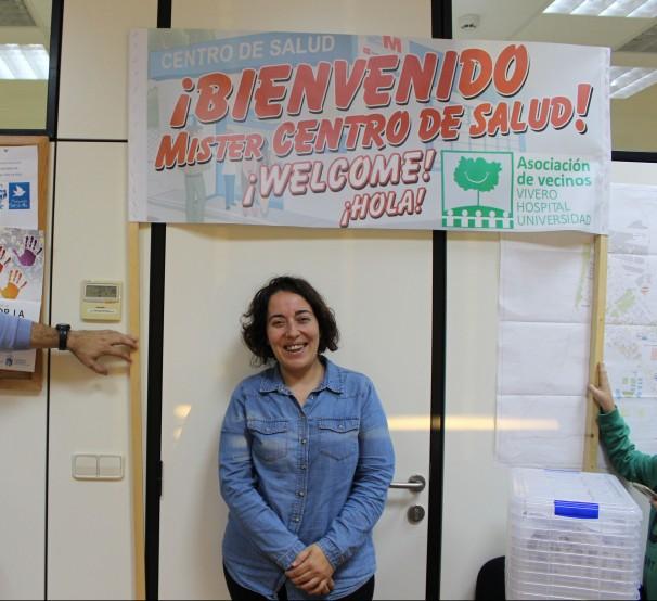 La presidenta de la Asociación de Vecinos de Vivero-Hospital-Universidad, Patricia Ruiz, con la pancarta que utilizan para reivindicarse