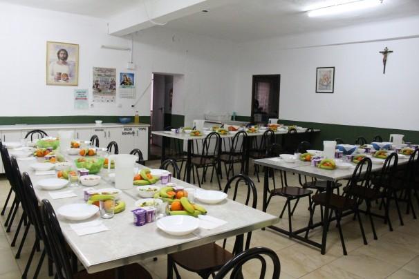 Después de los desayunos, los voluntarios preparan las mesas para la comida que empieza a las 12:30 horas