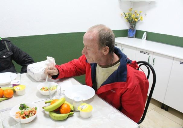 Ángel lleva un año acudiendo al comedor