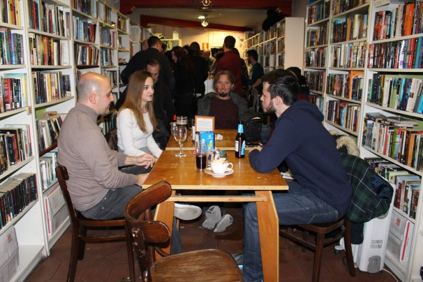 Víctor, Sara, Andrea y John Charles conversan en inglés