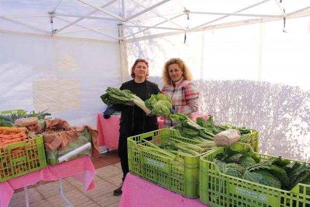 Puri (izq.) y Paloma (dcha.) venden alimentos de proximidad de 9 a 14 horas