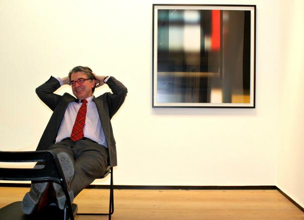El galerista Rafael Pérez Hernando junto a una obra de Ofelia García