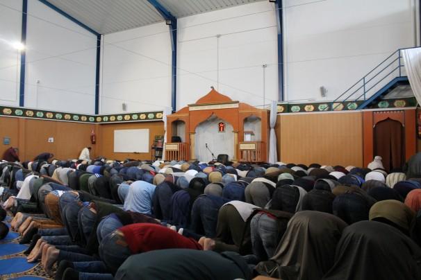 Un grupo de hombres reza en la «mezquita» durante un viernes