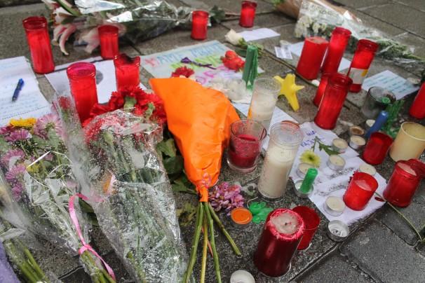 Más detalles, cartas y fotografías que los vecinos de Lavapiés depositan en el lugar que murió el mantero