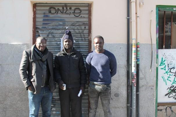 Tres compañeros del senegalés muerto. FOTO: Gregoria Caro