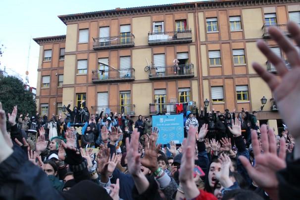 Los manifestantes alzan las manos durante el discurso de los subsaharianos FOTO: Gregoria Caro
