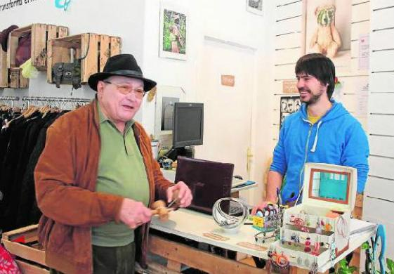 El encargado de la tienda atiende a un cliente que colabora asiduamente con la Asociación. Foto: Lys Arango