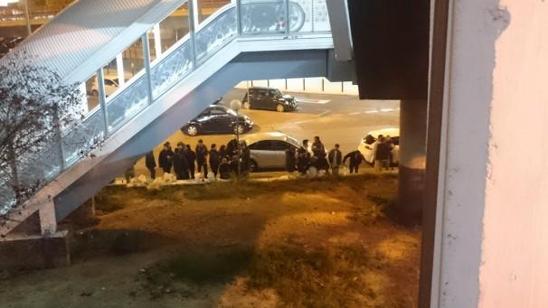 Gente bebiendo en los alrededores de la estación de Chamartín. Foto: Mario López