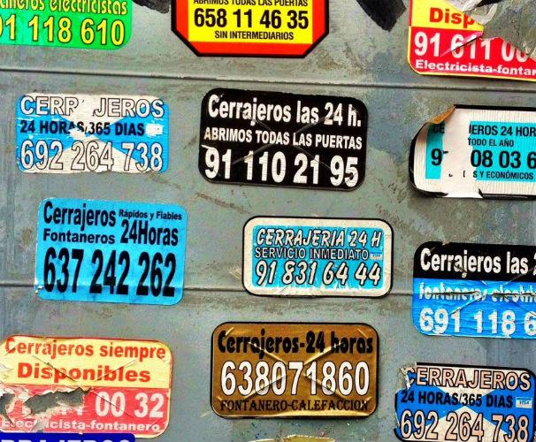 Instantánea de algunas pegatinas de cerrajeros 24 horas. Foto: ABC