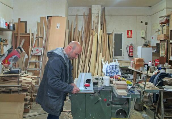 José María Morales en su taller de ebanistería, en el Barrio del Pilar (Madrid)