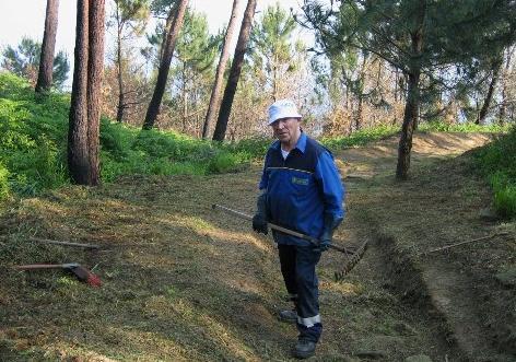 Josetxo, cuidando los rincones del bosque durante el reportaje. Foto: Ander Izagirre