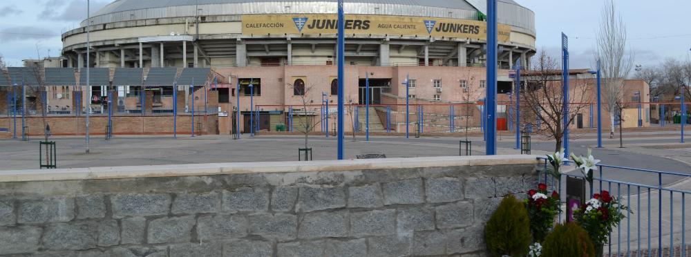 La plaza de toros de La Cubierta, al fondo, y en primer plano el altar en memoria de Bruno Sánchez