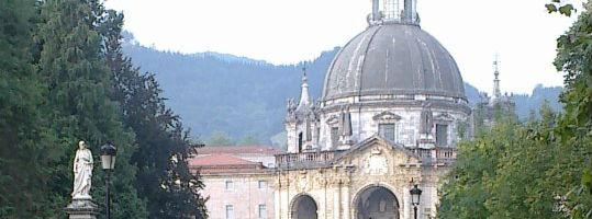 La estatua de San Ignacio guarda la entrada a la Basílica de Loyola. Fotos: F. D-I.
