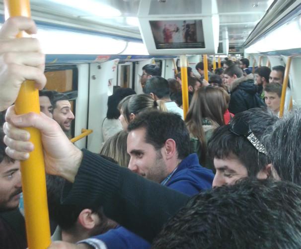 El vagón continúa su curso por la línea, abarrotado. Foto: L.M.C