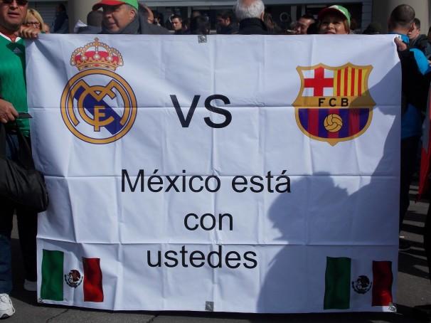 Pancarta desplegada por un grupo de aficionados mexicanos.