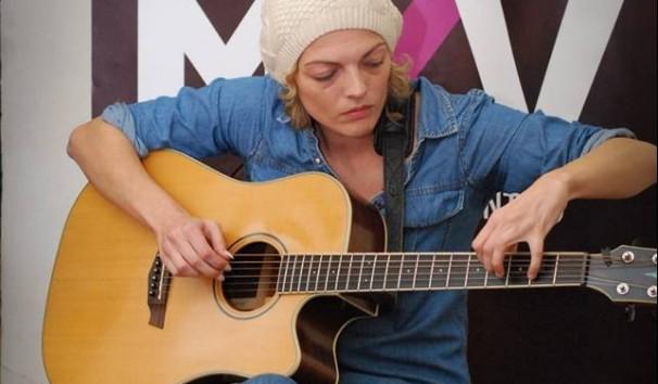 Una artista se anima a sacar su voz