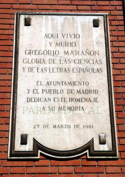 Gran placa en recuerdo de Gregorio Marañón en su misma plaza