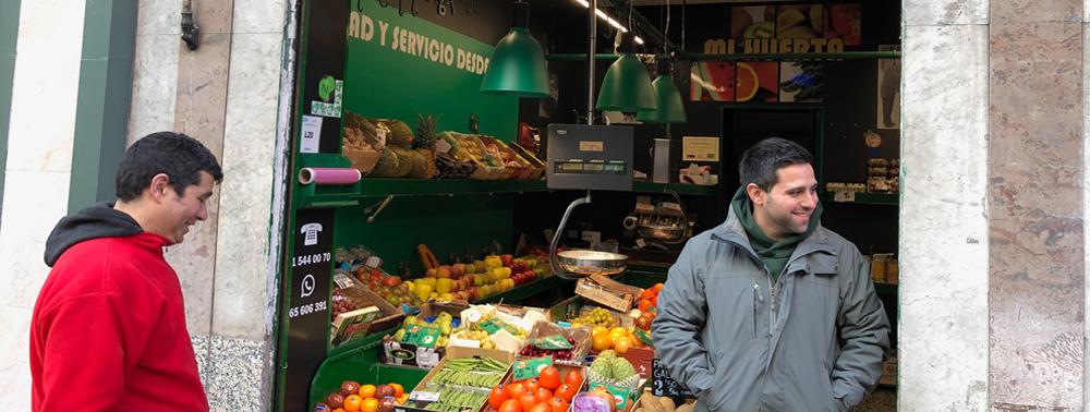 La frutería «Mi Huerta» participa en la red Nexos. Fotos: M. Campillo