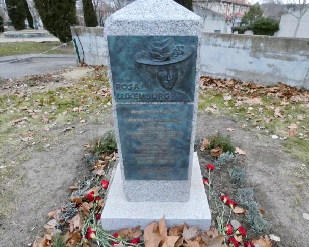 Monolito en honor a Rosa Luxemburgo en el distrito de Aravaca