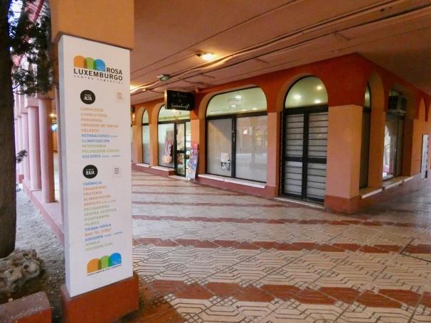 Uno de los pasillos del centro comercial Rosa Luxemburgo