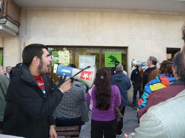 Miembros del piquete a las puertas de una sucursal de Bankia