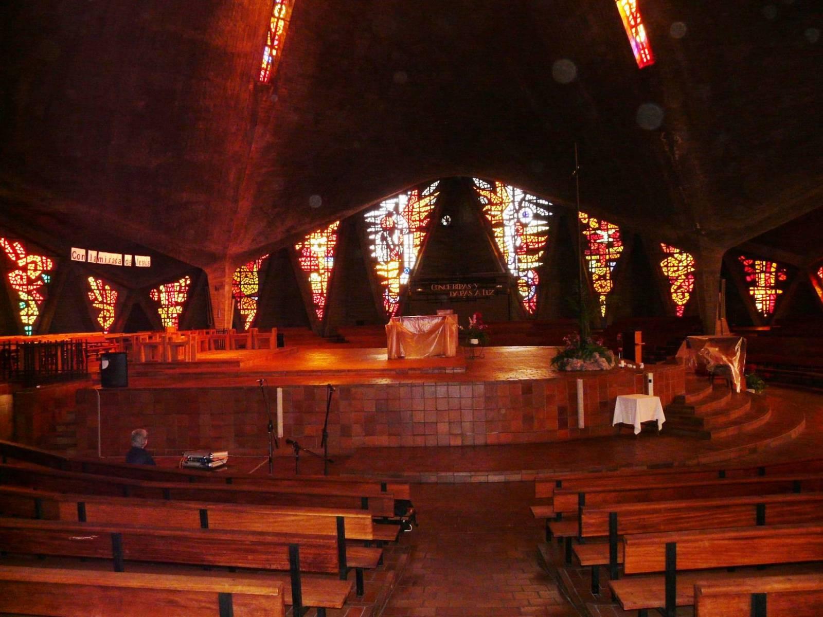 Interior de la iglesia donde se aprecia la iluminación a través de las vidrieras. Por N. López