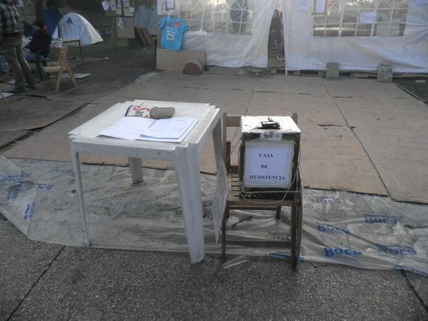 Caja de resistencia y mesa para la recogida de firmas contra el cierre de la factoría