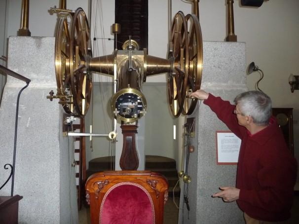 El astrónomo Mario Tafalla muestra el funcionamiento del telescopio de Repsold. Foto: M. R. D.