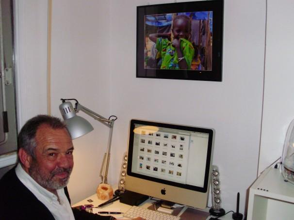 Francisco Magallón en el despacho de su habitación. Foto: Iván Gurrea