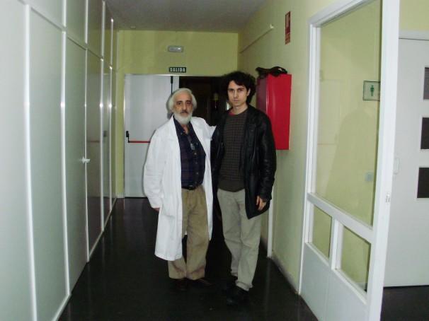 Miguel Ángel Rodríguez (izq.) y Jonás Trueba (dcha.) en uno de los pasillos del Centro Cultural Buero Vallejo. Foto: Iván Gurrea