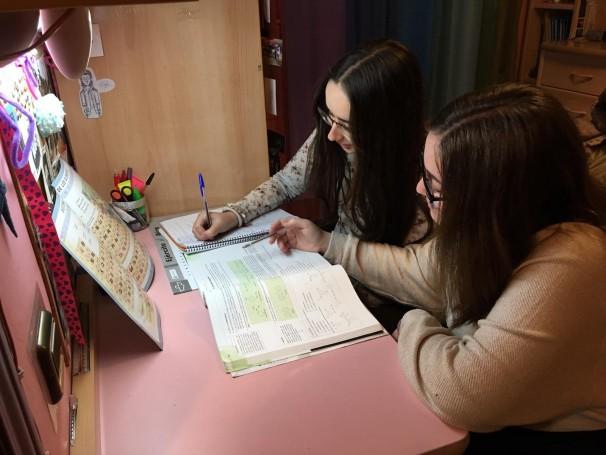 Saray y Lucía, estudiantes de primero de bachillerato de Ciencias.