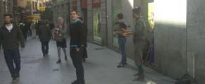 Dos perroflautas actuando en plena calle