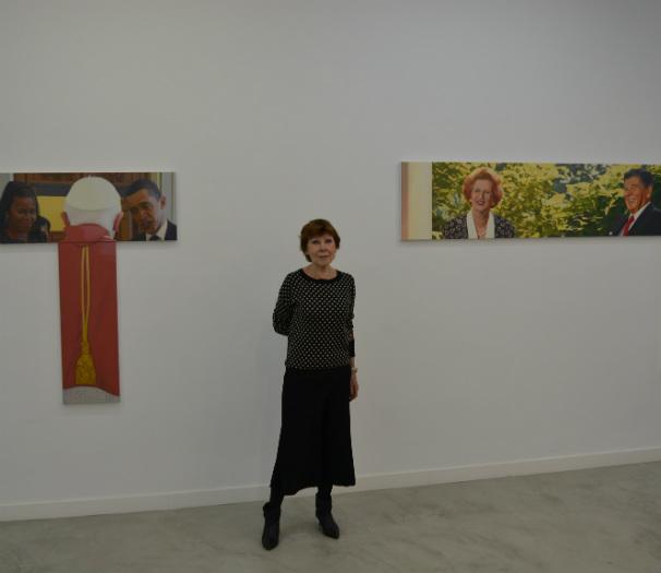 Pilar Serra entre las obras de Miguel Aguirre. Foto: R. M. F.