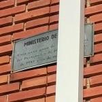 Placa que acredita la autoría del proyecto atornillada en la fachada una de las casas. Foto: Acacia Núñez