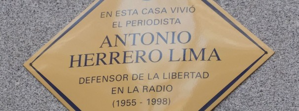 Placa conmemorativa del periodista Antonio Herrero Lima. Fotos: F.D-I.