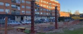 Imagen de las obras de la estación de servicio junto al bloque de vecinos. Fotos: M. Campillo