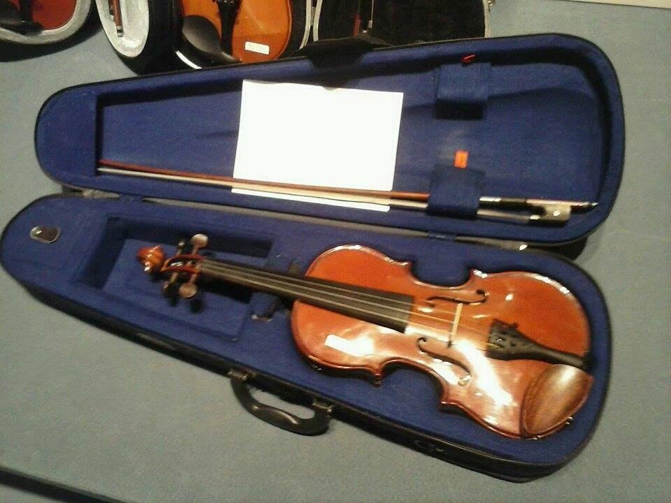 Uno de los violines donados en la recolección