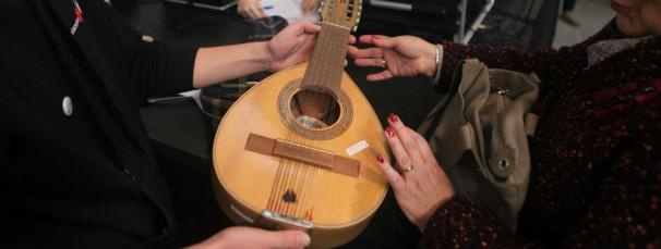 Un luthier recoge uno de los instrumentos. Foto: Montemadrid